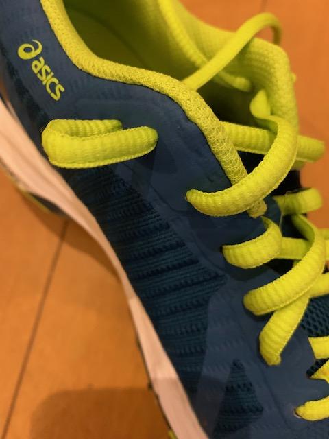 アシックスの靴の写真です。靴ひもの結び方を説明しています。靴にある謎の穴の使いかたの説明です。