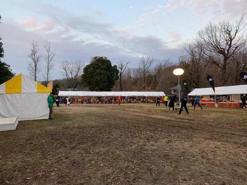 朝の会場、ランナー受付の開始前の様子の写真です。受付開始前で準備をしています。