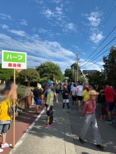 松川ハーフマラソンのスタート地点の様子です。スタート30分前でも人は多く集まっています。