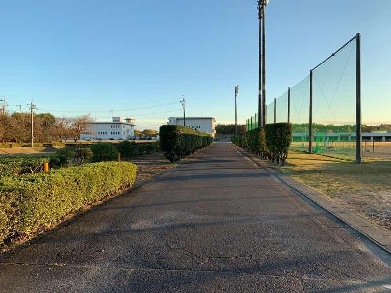 かかみがはらシティマラソンのコースの様子です。各務原浄化センター内の東側の野球場のあたりです。