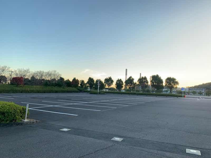 かかみがはらシティマラソンの駐車場の写真です。 大会会場の川崎重工ホッケースタジアムのとなりでとても近い場所です。整地もされておりとても広いです。