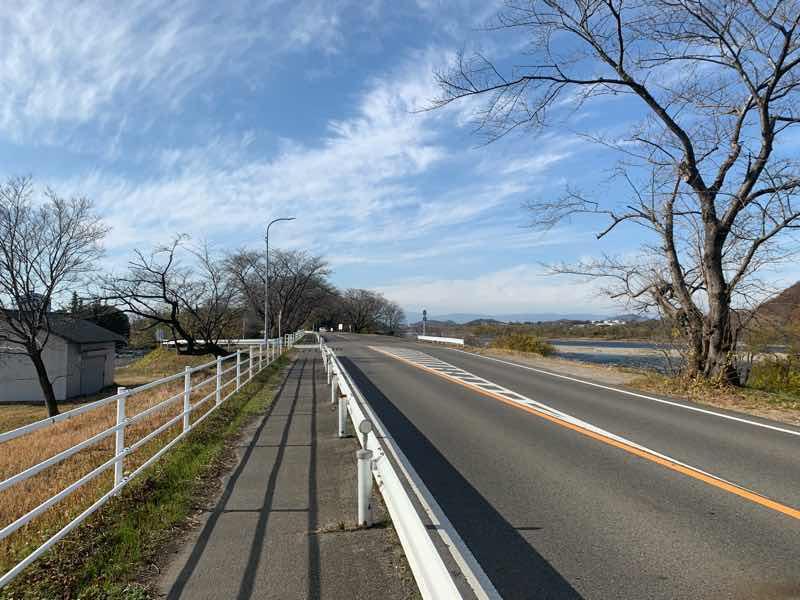 読売犬山ハーフマラソンのコースの写真です。伊吹山が見えます。