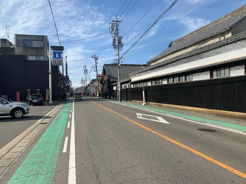 読売犬山ハーフマラソンのコースの様子です。犬山駅西の交差点を左折したところの写真です。右側には城下町につながる道があります。