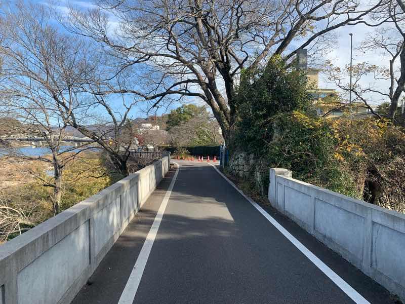 読売犬山ハーフマラソンのコースの写真です。ゴールまで約1キロ地点で、右手に犬山城を眺めながら走れます。