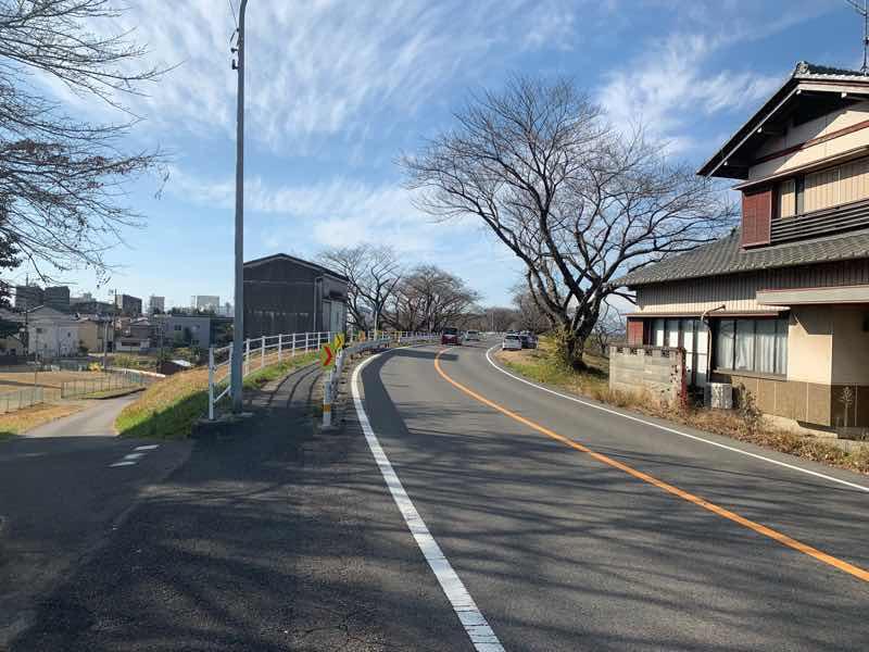 読売犬山ハーフマラソンのコースの様子です。約14Km地点のコースの様子です。 右手に木曽川犬山緑地(野球場・多目的グラウンド) が右手に見えます。