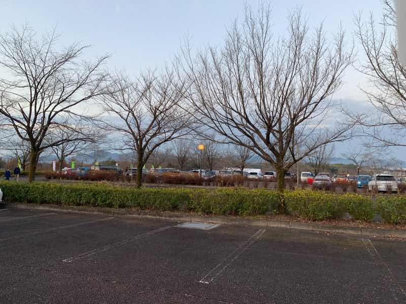 7時ごろのぎふ清流里山公園駐車場の様子の写真です。駐車場はまだ十分空きがあります。