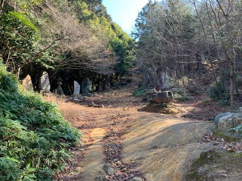 山頂へ向かう登山道の様子です。 石碑が両側にたくさん並んでいます。