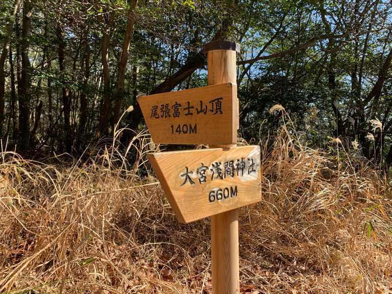 尾張富士の林道(富士線)の最高標高地点の様子です。尾張富士山頂への分岐点でもあります。