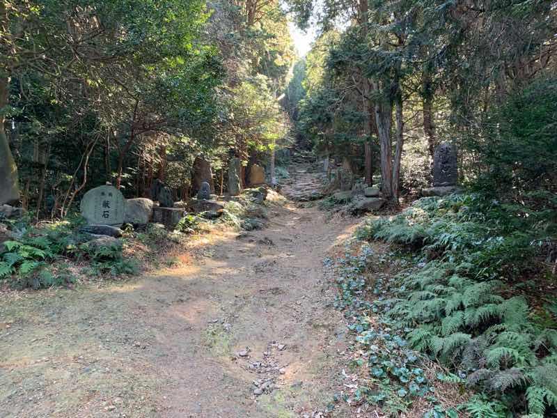 山頂へ向かう登山道の様子です。登山道の右側には献石数多くあります。