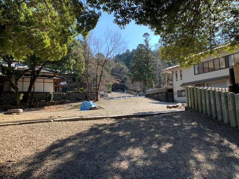 尾張富士大宮浅間神社の入口の写真です。直進すると尾張富士山頂へ続く参道があります。