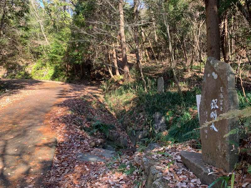 尾張富士の林道(富士線)の様子です。右側に銀明水の石碑があります。