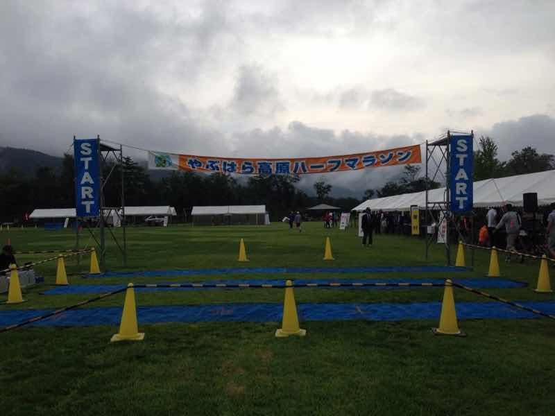 長野県木曽郡木祖村で開催される、やぶはら高原はくさいマラソン大会スタート地点の写真です。