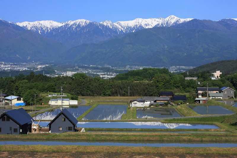 長野県駒ヶ根市の様子です。中央アルプスの山々に雪が被り、とても綺麗な風景です。