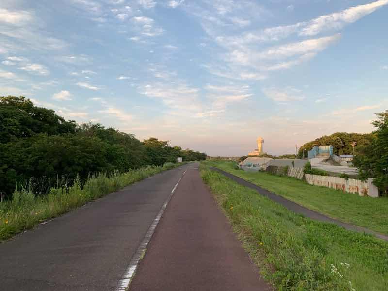 木曽川沿いのランニングコースの写真です。