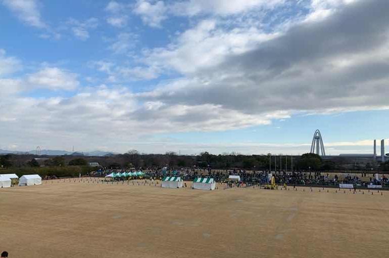 いちのみやタワーパークマラソンのメイン会場である、光明寺公園球技場の様子です。国営木曽三川公園138タワーも見えます。いちのみやタワーパークマラソンは毎年1月に開催されています。