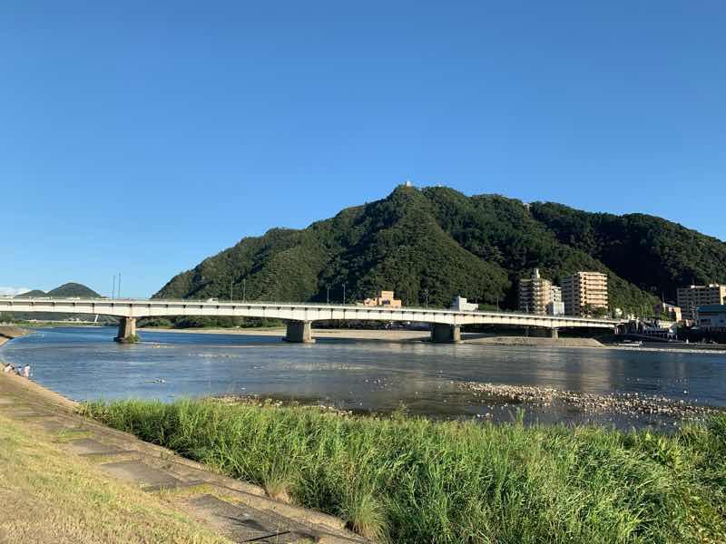岐阜のシンボルの一つの金華山、岐阜城の写真です。金華山の山頂に岐阜城がそびえたつ様子が分かります。