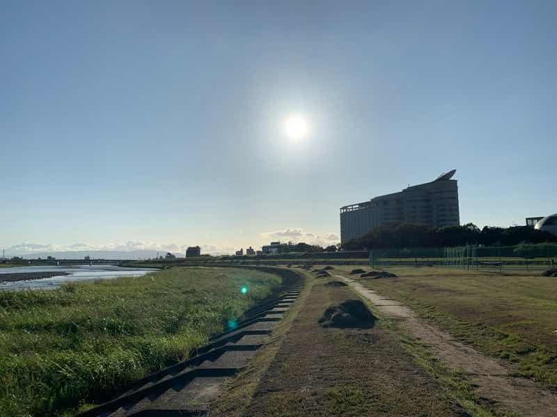 高橋尚子ロードの写真です。長良川沿いにあるランニングコースです。