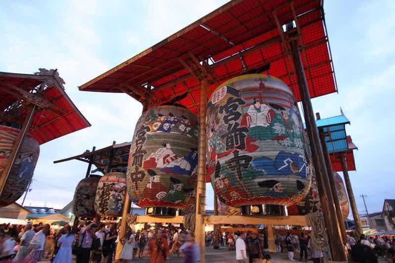 三河一色諏訪神社で開催される三河一色大提灯まつりの様子の写真です。