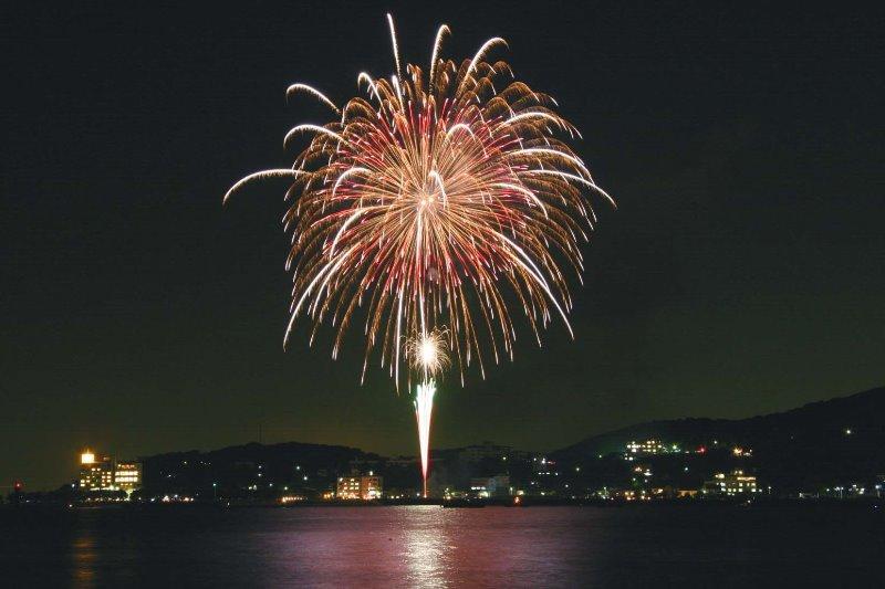 吉良花火大会の花火の写真です。吉良花火大会は平成元年にスタートした花火大会ですで鮮やかなスターマイン、多彩な打ち上げ花火、仕掛花火が浜辺を華やかに彩ります。