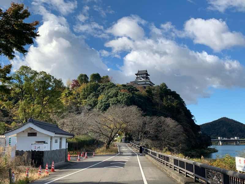 犬山城の写真です。犬山城は、室町時代の天文6年(1537)に建てられ、天守は現存する日本最古の様式のお城です