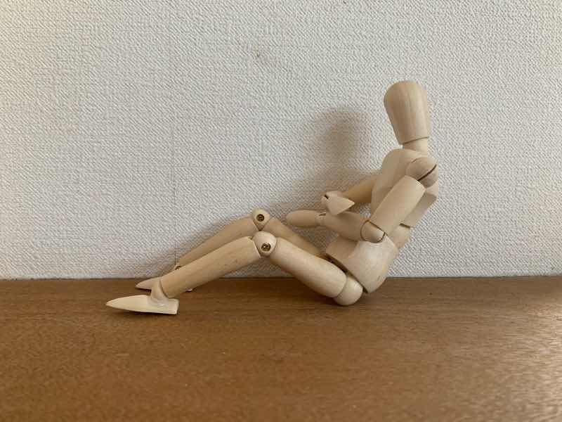 体幹トレーニングの基本的なトレーニングとしてのクランチをしている人形の写真です。