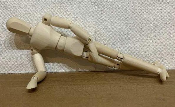 体幹トレーニングの基本的なトレーニングとしてのサイドプランクをしている人形の写真です。