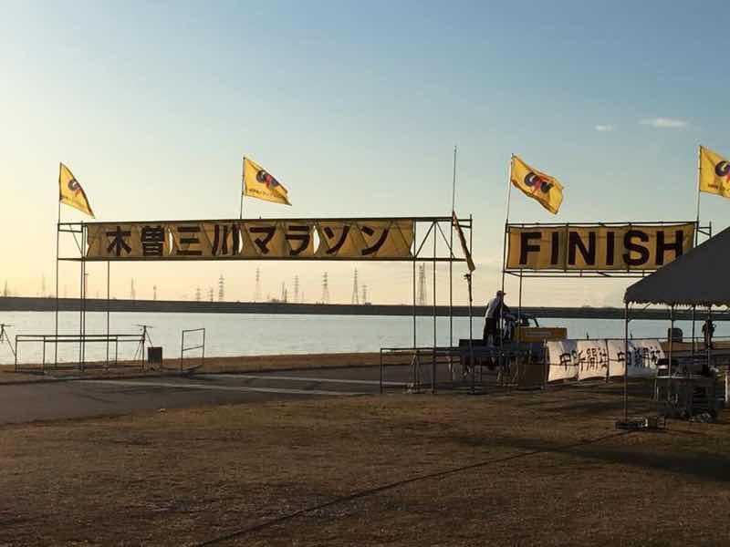 木曽三川マラソンの会場の様子の写真です。スタート、ゴール地点の様子です。
